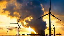 Kohlekraftwerk Niederaußem/NRW mit Windpark im Gegenlicht