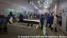 08.04.2020 Leichenbestatter waschen die Leichen der Opfer des Coronavirus und bereiten sie für die Bestattung auf dem Behesht-e Zahra-Friedhof vor. +++ dpa-Bildfunk +++