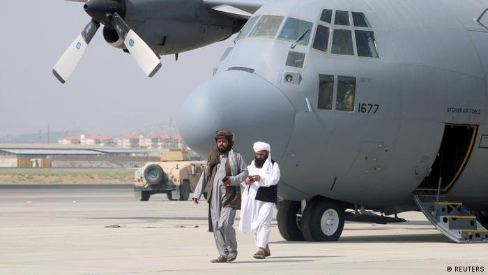 Talibanes recorren la losa del aeropuerto.