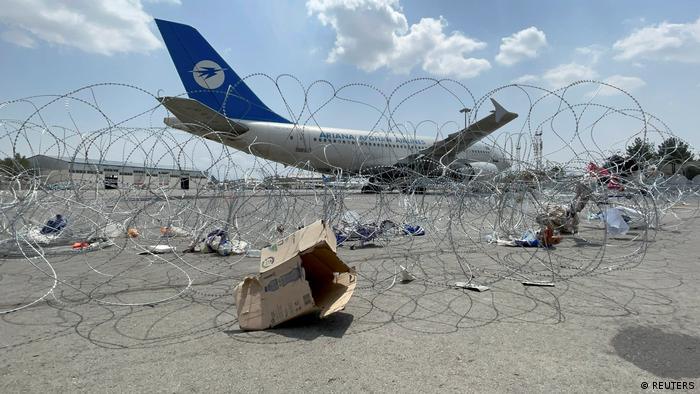 Самолет в аэропорту Кабула, на переднем плане - колючая проволока