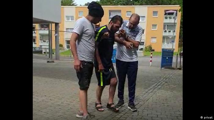 شباب سوريون يساعدون قدور (الصورة من فيديو)