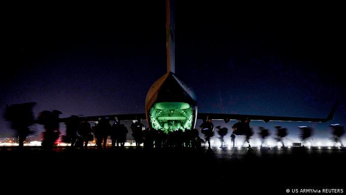 Soldados de la 82ª División Aerotransportada suben a un avión de transporte militar estadounidense.