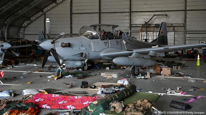 Restos de un avión de combate A-29 inutilizado, de la Fuerza Aérea Afgana