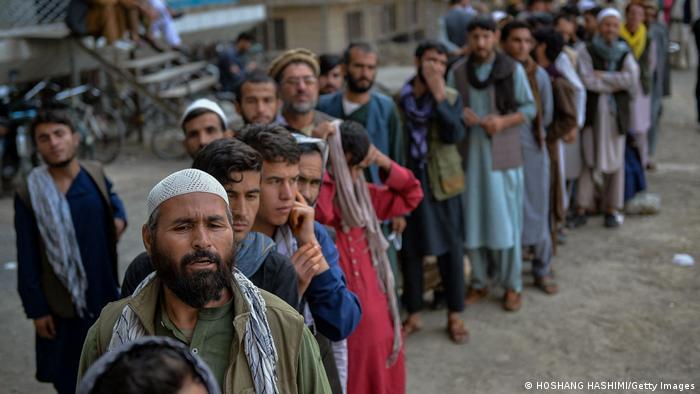 Menschen in Kabul stehen in einer langen Schlange vor einer Bank . Hoshang Hashimi / AFP) (Photo by HOSHANG HASHIMI/AFP via Getty Images)