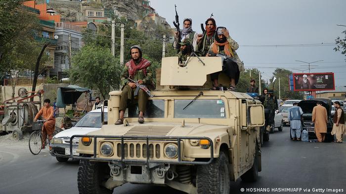 Taliban-Kämpfer auf Patrouille in Kabul (Photo by Hoshang Hashimi / AFP) (Photo by HOSHANG HASHIMI/AFP via Getty Images)