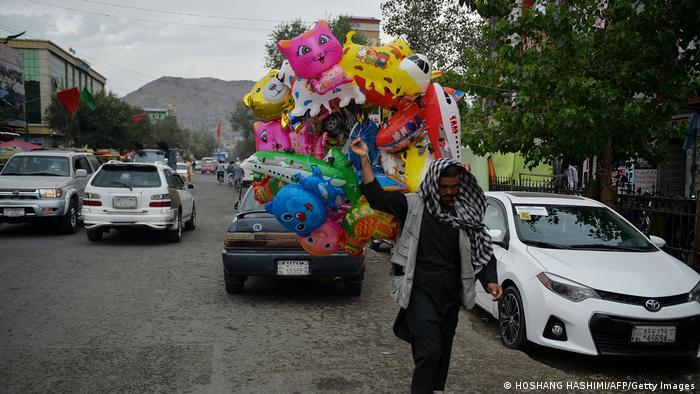 Ein Luftballonverkäufer läuft durch die Straßen von Kabul. Photo by Hoshang Hashimi / AFP) (Photo by HOSHANG HASHIMI/AFP via Getty Images)