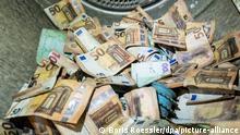 Bei der Flutkatastrophe beschädigte Euro-Banknoten werden bei der Bundesbank in Mainz in einem handelsüblichen Wäschetrockner getrocknet. Im Gegensatz zu normaler Wäsche dauert ein Durchgang dabei rund zehn Stunden. Seit der Flutkatastrophe in Rheinland-Pfalz und Nordrhein-Westfalen haben Banken, Geschäftsleute und Privatpersonen bereits mehr als 51 Millionen Euro Bargeld an die Bundesbank geschickt. Das Geld wird den Eigentümern kostenlos ersetzt, die beschädigten Banknoten werden vernichtet.