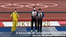 (c) National Sports Committee for the Disabled of Ukraine, Paralympic Committee Auf dem Bild sind die paralympische Preisträger in Tokio im 100m -Lauf Der Ukrainer Ihor Zvetov (Silber) will nicht mit dem Russen Dmitrij Safronow (Gold) fotografiert werden.