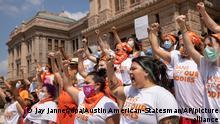 Frauen protestieren vor dem Kapitol gegen das Inkrafttreten eines Gesetzes, welches die meisten Schwangerschaftsabbrüche in Texas verbietet. Der Oberste Gerichtshof der USA reagierte bisher nicht auf einen entsprechenden Eilantrag, der das Gesetz stoppen sollte. Damit gelten die massiven Einschränkungen für Schwangere seit Mittwoch. Das Gesetz ist als sogenanntes Herzschlag-Gesetz bekannt. Es verbietet Abtreibungen, sobald der Herzschlag des Fötus festgestellt worden ist. +++ dpa-Bildfunk +++