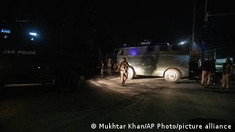 Tentara terlihat menutup jalan menuju kediaman Syed Ali Geelani di Srinagar, Kamis (2/9).