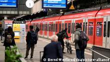 Reisende warten auf dem Bahnhof in Stuttgart auf ihren Zug. Die Lokführergewerkschaft GDL hat ihre Mitglieder zum Streik bei der Deutschen Bahn aufgerufen. Der Arbeitskampf ist für fünf Tage bis Dienstag, 2.00 Uhr, angekündigt.