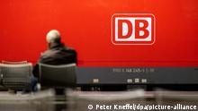 Das Logo der Deutschen Bahn (DB) prangt an der Seite einer Lok, während ein Mann auf dem Hauptbahnhof wartet. Auf Grund eines Streiks der Gewerkschaft der Lokführer (GDL) fallen Züge aus. Die Gewerkschaft dehnte in den Morgenstunden ihren Streik für bessere Arbeitskonditionen vom Güterverkehr auf die Personenbeförderungen aus.
