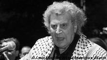 ARCHIV - 10.04.2002, Griechenland, Athen: Der griechische Komponist Mikis Theodorakis, der ein palästinensisches Tuch über den Schultern trägt, spricht während des Open-Air-Konzerts zur Unterstützung des palästinensischen Volkes auf dem Syntagma-Platz. Mikis Theodorakis ist am 2. September im Alter von 96 Jahren in Athen gestorben, wie griechische Medien am 02.09.2021 übereinstimmend mitteilte. Foto: Louisa Gouliamaki/epa/dpa +++ dpa-Bildfunk +++