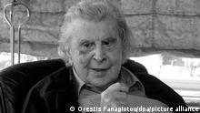 ARCHIV - 24.02.2015, Griechenland, Athen: Der griechische Komponist Mikis Theodorakis unterhält sich mit dem damaligen griechischen Premierminister A. Tsipras in seinem Haus. Mikis Theodorakis ist am 2. September im Alter von 96 Jahren in Athen gestorben, wie griechische Medien am 02.09.2021 übereinstimmend mitteilte. (Wiederholung in s/w) Foto: Orestis Panagiotou/dpa +++ dpa-Bildfunk +++