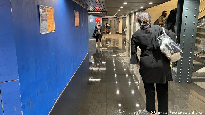 Personas caminado por los pasillos inundados de la Penn Station en Nueva York.