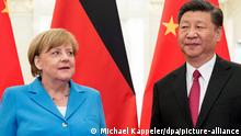 Bundeskanzlerin Angela Merkel (CDU) wird vom chinesischen Präsidenten Xi Jinping begrüßt. Merkel hielt sich damals zu einem zweitägigen Besuch in der Volksrepublik auf. (zu dpa Merkel berät mit Chinas Präsident Xi und EU-Spitzen über Abkommen) +++ dpa-Bildfunk +++