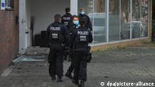Die Polizei hat mit Spezialkräften eine Tür einer Autovermietung gesprengt. Bei einer Razzia gegen Rockerkriminalität hat die Polizei am Morgen in mehreren Städten an Rhein und Ruhr mindestens 20 Gebäude durchsucht. Im Fokus der Aktion stünden mehrere Verdächtige, die der Rockergruppierung der Hells Angels zuzurechnen seien, heißt es in einer gemeinsamen Pressemitteilung der Polizei und den Staatsanwaltschaften Duisburg und Mönchengladbach. +++ dpa-Bildfunk +++