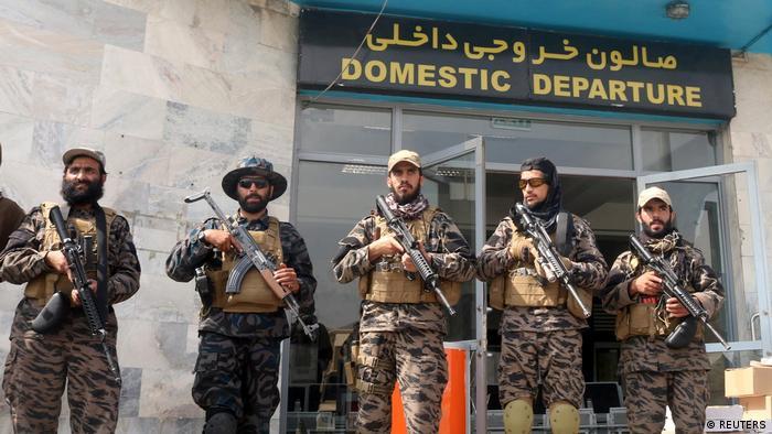 Боевики радикального исламистского движения Талибан у здания кабульского аэропорта