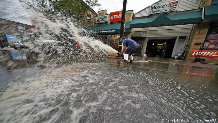 Aquí, un hombre extrae agua de su sótano con una bomba en Oakdale, Pittsburgh. En total murieron al menos 14 personas por el temporal en el noreste de EE. UU.