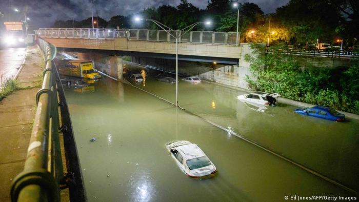 Varios automóviles sumergidos bajo el agua en una ruta de Nueva Jersey.