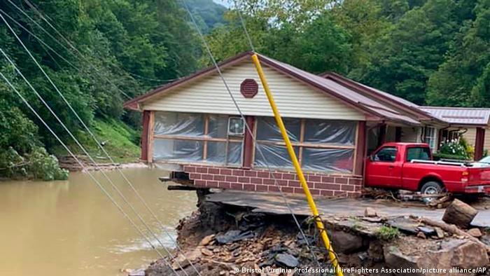 Una casa con un tercio de los cimientos arrancados por el agua en Virgina Occidental, EE. UU.