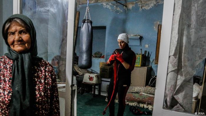 نرگس محمدی، اهل کرمان پنج سال است به ورزش بوکس علاقهمند شده و در زیرزمین منزل مادربزرگ خود به صورت انفرادی تمرین می کند.