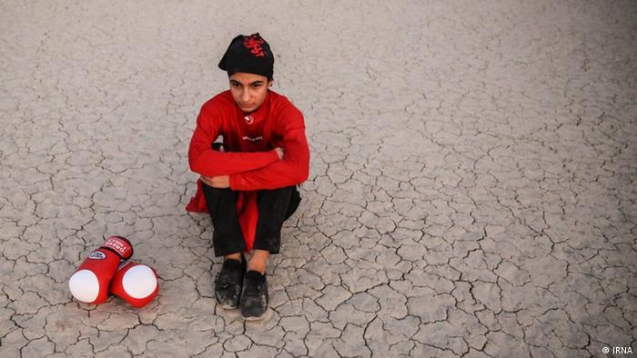 یاسمین زنگنه هم از اهالی شهر ملایر است. او و نازنین فیضی با هم تمرین میکنند.