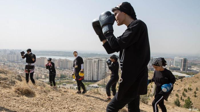 لیدا رضایی به طور معمول با شاگردانش در منزل شخصی خود تمرین میکند ولی آنها گاهی برای انجام ورزشهای هوازی به کوههای اطراف تهران میروند.