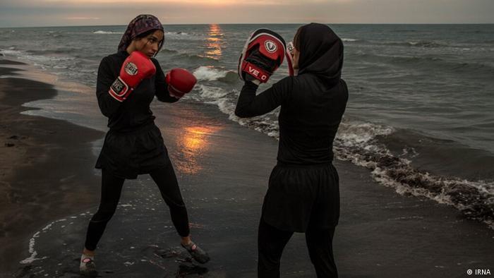 مریم علیپور، مربی بوکس با نگین شیرزادی در ساحل دریای خزر تمرین می کنند.
