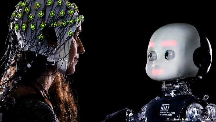 Frau und Roboter