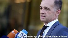 Heiko Maas (SPD), Bundesaußenminister, spricht mit Journalisten während der Ankunft zu einem Treffen der EU-Außenminister im Kongresszentrum Brdo. +++ dpa-Bildfunk +++