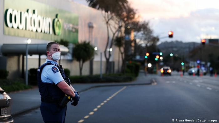 Policial em frente ao supermercado onde ocorreu o ataque