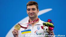 2.9.2021, Tokio****Maksym Krypak of Ukraine with his gold medal for the Men's 100m Backstroke S10 Swimming Final poses on the podium at the Tokyo 2020 Paralympic Games in Tokyo Thursday, Sept. 2, 2021. (Thomas Lovelock for OIS via AP)