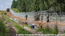 1.9.2021***Polnische Soldaten errichten einen Stacheldrahtzaun entlang der polnisch-belarussischen Grenze. Polen hat in der Grenzregion zu Belarus den Ausnahmezustand verhängt. +++ dpa-Bildfunk +++