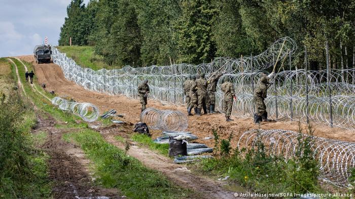 Polen Belarus l Polnische Soldaten errichten Zaun