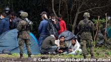 Usnarz Gorny, 1.9.2021***Polnische Sicherheitskräfte umringen Migranten, die an der Grenze zu Weißrussland festsitzen. Nach der Verhängung des Ausnahmezustandes an der Grenze zu Belarus hat Polen die betroffenen Ortschaften mit Warnhinweisen markiert. Die Hinweise seien direkt unter den Ortseingangsschildern montiert worden, schrieb Innenminister Mariusz Kaminski am Donnerstagabend auf Twitter. +++ dpa-Bildfunk +++