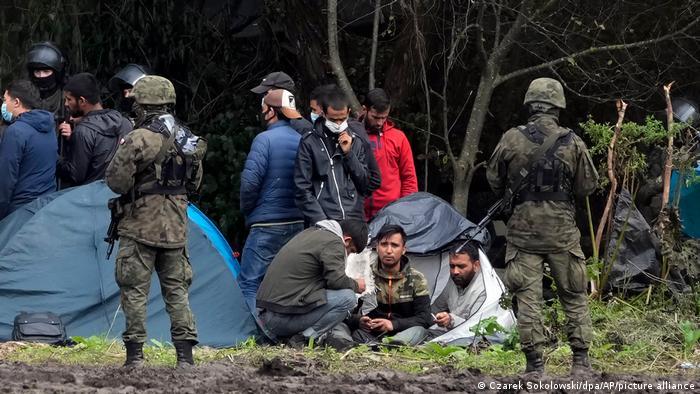 Polen Belarus l Grenze, Polnische Sicherheitskräfte umringen Migranten