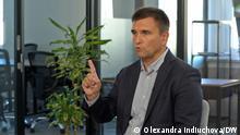 (c) DW-Korrespondentin in der Ukraine Olexandra Indiuchova. Ehemaliger Außenminister der Ukraine Pavlo Klimkin während des DW-Interviews.