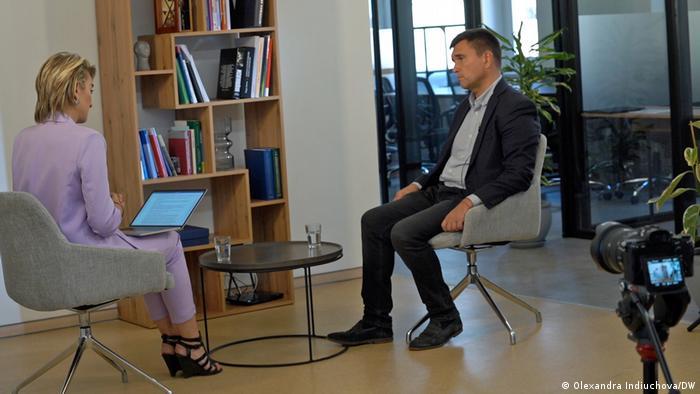 Экс-глава МИД Украины беседует в Киеве с корреcпондентом DW