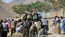 Milizionäre der Miliz von Massoud, Sohn von Shah Massoud, schieben ein Fahrzeug während einer Trainingsübung in der Provinz Pandschir. Das Pandschir-Tal ist die letzte Region, die nach der Einnahme Afghanistans durch die Taliban nicht unter deren Kontrolle steht. Einheimische Kämpfer hielten unter der Führung des Guerillakämpfers Shah Massoud, der nach seinem Tod bei einem Selbstmordattentat in 2001 zu einer fast mythischen Figur wurde, in den 1980er Jahren die Sowjets und ein Jahrzehnt später die Taliban auf. +++ dpa-Bildfunk +++