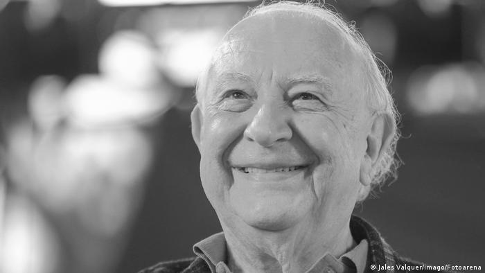 Foto de Sério Mamberti em preto e branco. Ele sorri.