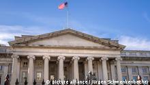 Blick auf das Gebäude des US-Finanzministeriums in Washington. Seit dem 13.02.2017 steht Steven Mnuchin an der Spitze des Ministeriums. Nach Angaben des Ministeriums hat die US-Regierung das Steuerjahr 2018/19, das Ende September 2019 endete, mit dem höchsten Haushaltsdefizit seit sieben Jahren abgeschlossen. Der Fehlbetrag stieg von 779 Mrd. auf 984 Mrd. Dollar. (25.09.2019)
