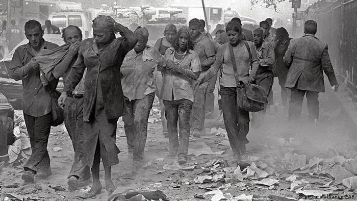 11 септември 2001: хора си проправят път сред отломките край Световния търговски център