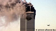 ARCHIV - Das zweite Flugzeug von United Airlines, Flug 175 von Boston, steuert auf den noch unversehrten Turm des World Trade Centers in New York zu (Archivfoto vom 11.09.2001). Zum 5. Jahrestag der Terroranschläge vom 11. September 2001 lassen Verschwörungstheoretiker nichts unversucht, den größten Terroranschlag der Weltgeschichte umzudeuten. Laut einer Studie glauben mittlerweile 36 Prozent aller US-Bürger, dass Mitglieder der US-Regierung bei den Anschlägen geholfen haben, um Krieg im Nahen Osten führen zu können. Foto: Seth Mcallister EPA/AFP/dpa (zu dpa-Reportage: Wie Verschwörungstheorien den 11. September auf den Kopf stellen vom 05.09.2006) +++(c) dpa - +++