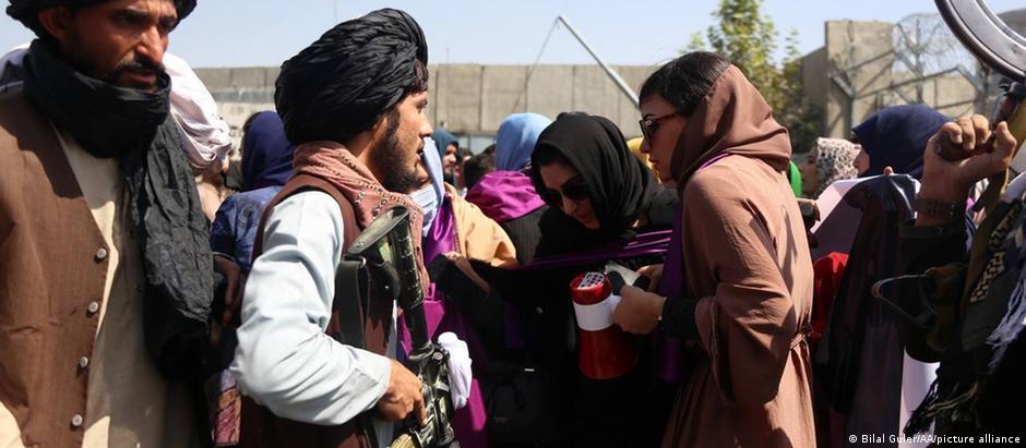 Afghanistan   Taliban Kämpfer stoppen eine Demonstration für Frauenrechte in Kabul