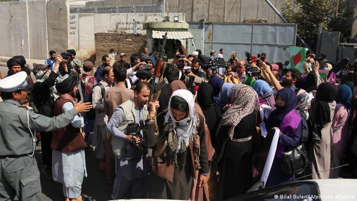 Afghanistan | Taliban Kämpfer stoppen eine Demonstration für Frauenrechte in Kabul