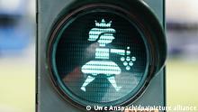 01/09/2021 Eine Fußgänger-Ampel mit dem Motiv einer Weinkönigin steht in der Innenstadt an einer Straßenkreuzung. Die neuen Fußgänger-Ampeln wurden heute symbolisch eingeweiht. +++ dpa-Bildfunk +++