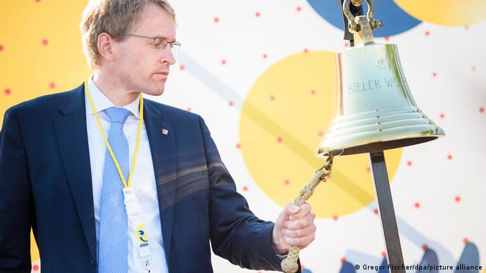Deutschland Kieler Woche 2021 Daniel Günther an der Schiffsglocke