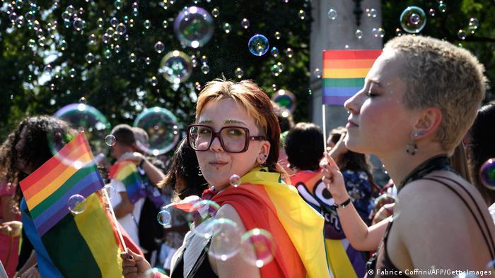 """""""Brak za sve"""" – to je bio moto parade ponosa u Cirihu. Desetine hiljada ljudi bile su u subotu na ulicama, tri sedmice pred referendum o proširenju prava braka na homoseksualne parove. Švajcarska za sada prepoznaje samo ozvaničeno partnerstvo. Ankete pokazuju da bi oko dve trećine građana moglo da glasa za uvođenje istopolnog braka."""