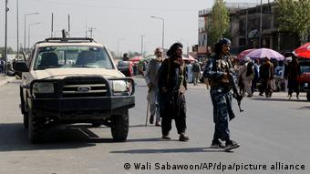 Вооруженные талибы и автомобиль Ford на улицах Кабула